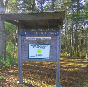 Kiosk sign announcing the hanson veterans memorial town forest
