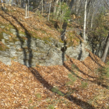 cliff like rocks at hobo rest on indian head trail